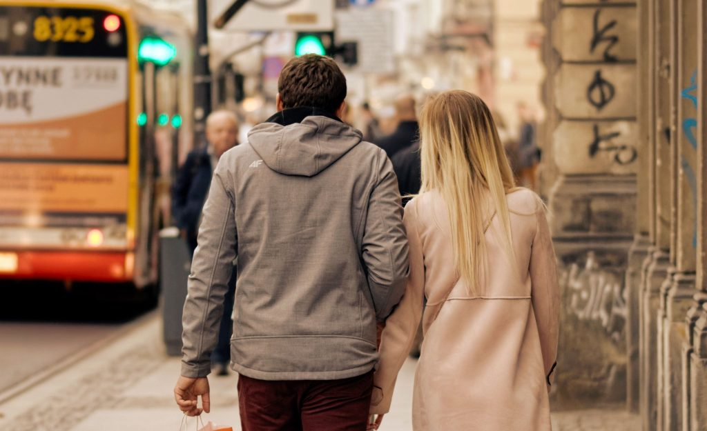 3 Gründe, warum Frauen lieber mit jüngeren Männern